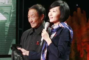 中央电视台主持人柴静现场采访