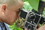 <b>总摄像 王晓鹏</b><br><div align=left>《新闻调查》栏目摄像, 毕业于北京电影学院摄影进修班, 曾担任《幼童》总摄像。</div><br>