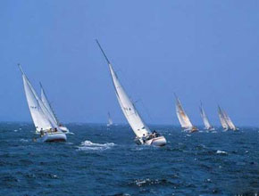 Des voiles au bord de la mer