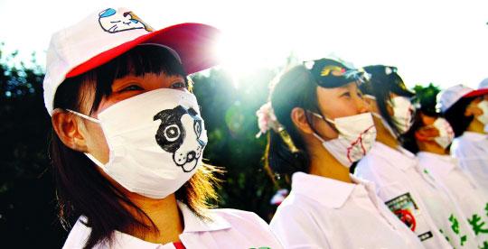 广州志愿者食肆前沉默散步 倡议不吃猫狗肉