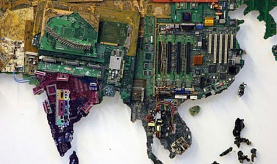 很少有女人会对电路板产生兴趣,而英国艺术家Susan Stockwell显然做到了颠覆我们的这一认识,她喜欢电路板,而且玩得比绝大多数终生与电路板为伍的男人们还要好--她将之做成了一副世界地图,而且电路板的颜色和上面元器件的分布还与真实地貌和国情做到了尽可能的对应,相当犀利。