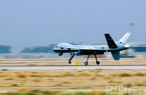 在霍洛曼空军基地,跑道上的飞机起飞,只是飞机上不再有飞行员.