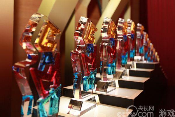 随着2014第十二届ChinaJoy的喧嚣退去,2014年第六届中国优秀游戏制作人评选大赛(简称CGDA)已经缓缓拉开了帷幕。在这场为中国游戏产业精心准备的褒奖盛典中,本年度中国最强本土游戏制作团队将会是谁?象征中国最高游戏研发实力的奖杯将会归谁所有?这一切都将会在本届CGDA的颁奖典礼上一一揭晓。   中国优秀游戏制作人评选大赛(以下简称:CGDA)是中国境内举办的针对优秀游戏制作人或团队的评选比赛,是目前国内唯一针对游戏研发领域所颁布的奖项。大赛在中华人民共和国国家新闻出版广电总局、国家版权局的