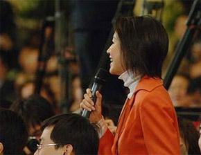 <center><font color=666666>央视记者王小丫在记者会上提问</font></center>