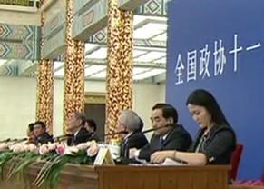 委员在记者会上讨论改善民生问题