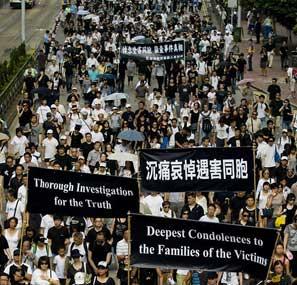 <br>香港8万人静默游行要求菲律宾彻查人质事件