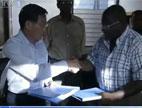 中国政府向海地交接首批抗震物资
