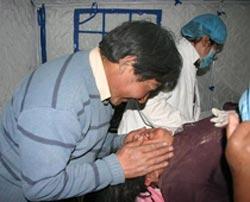 4月15日,藏族汉子查多安慰生产完毕的妻子博拉。<br>这是查多和博拉的第二个孩子,更是震后这里诞生的第一个孩子。这一声啼哭划破灾区的上空,带给我们不一样的哭声,带给我们无限新的希望。让我们真正体会了生命的可贵和大义。