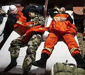 连续奋战的陕西救援队员在地下室休息