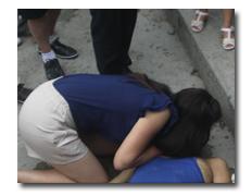 女孩跪救溺水老人做人工呼吸