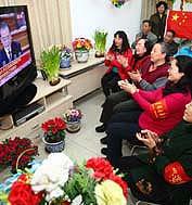 3月5日,第十一届全国人民代表大会第三次会议在北京人民大会堂开幕。国务院总理温家宝作政府工作报告。图为北京西城区大院胡同社区组织居民集体收看电视直播。