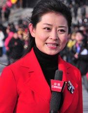 """寒风中的""""一抹红""""――采访两会的众多媒体记者不约而同的选择了红色。"""