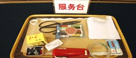 在北京人民大会堂上海厅审议政府工作报告现场,摆放有橡皮、蓝黑墨水和针线包等,既实用又表现出艰苦奋斗的传统。