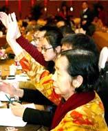 3月6日下午,浙江代表团组织集体采访活动,100多位记者争先恐后地举手提问。其中,一位头发略显花白的记者频频举手、拍照,引起了本报记者的注意。她,就是《香港之窗》总编辑屈月英。
