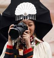 """人人都做摄影师 委员、代表拍""""两会""""。""""两会""""期间,在全国政协委员和全国人大代表成为媒体关注对象的同时,他们中的很多,也举起了自己手中的相机,记录着他们所看到的""""两会""""。"""