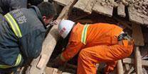 目前没有大型挖掘器械,很多群众被埋,群众都靠自行组织挖掘,目前全部靠人工挖。