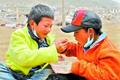 玉树福利院孤儿互相喂饭