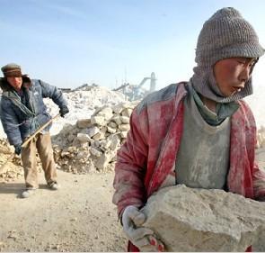 包身工在毫无设备的情况下工作