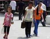 汉藏小姐妹提水 帮助救援人员