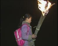 打着火把去上学