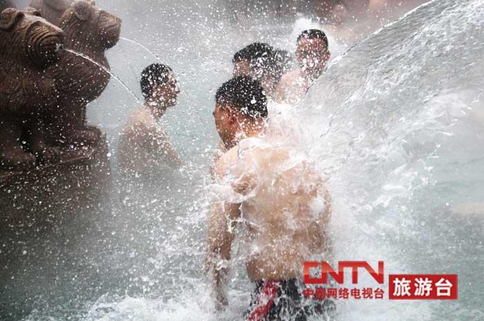 [高清组图]万人同泡温泉冲吉尼斯活动九龙坡分会场