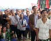 四川绵阳:灾区人民看庆典直播