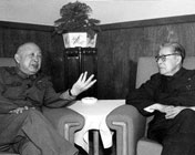 钱学森(左)和南开大学校长杨石先生交谈