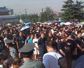 群众在广场上等候悼念