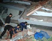 救援人员搜救被困者
