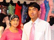 新疆一对夫妻拍婚纱照