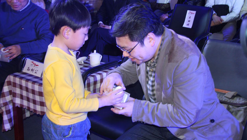 《奔跑的鸭蛋》小演员杨砚为现场嘉宾赠送纪念品