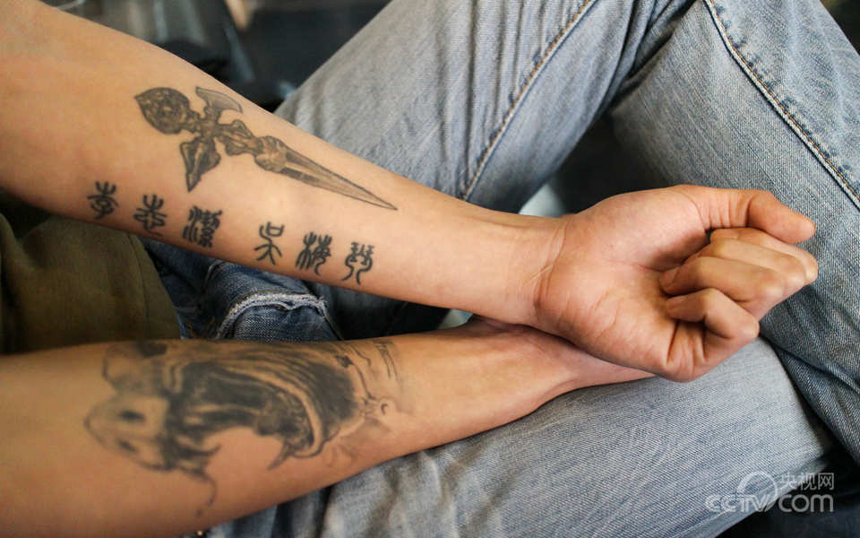 """于是,他在右臂上纹上了表情狂躁的猪刚鬣,""""纹身对我有时候是一种情绪图片"""