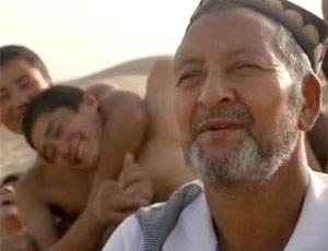 沙漠中的做馕老人