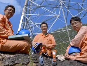 穿越山岭的电力职工