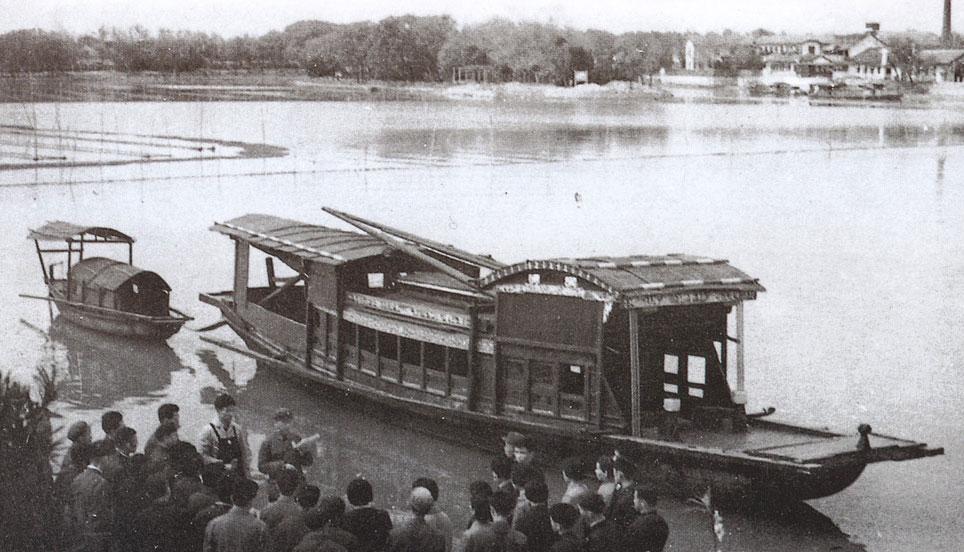 在嘉兴南湖游船上,中共一大代表通过了党纲,决议和工作计划,选举组成
