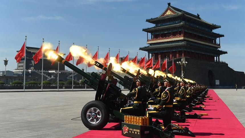 <font style=line-height:2em;color:#555>礼炮在天安门广场鸣响。</font>
