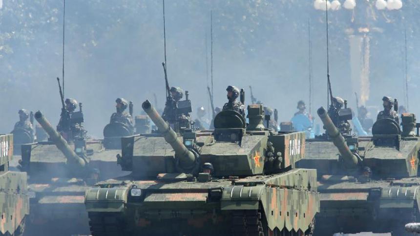 <font style=line-height:2em;color:#555>&nbsp;&nbsp;&nbsp;&nbsp;图为坦克方队接受检阅。99A式坦克是我军最先进的主战坦克,信息化程度较高,具备世界先进水平。</font>