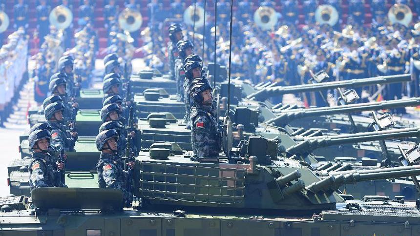<font style=line-height:2em;color:#555>履带步兵战车方队接受检阅。</font>