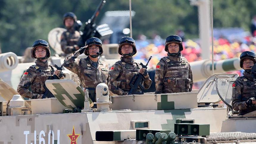 """<font style=line-height:2em;color:#555>&nbsp;&nbsp;&nbsp;&nbsp;图为履带自行火炮方队通过天安门广场。05A式155毫米履带自行加榴炮是我军火炮中个头最大的""""战争之神"""",是陆军部队的重要压制火力。</font>"""