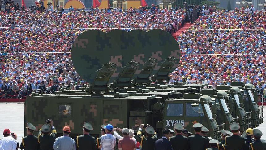 <font style=line-height:2em;color:#555>&nbsp;&nbsp;&nbsp;&nbsp;图为指挥信息系统装备方队,受阅装备包括指挥车、监测车等。前身是毛泽东、朱德同志亲自创建的红军第一个无线电队。</font>