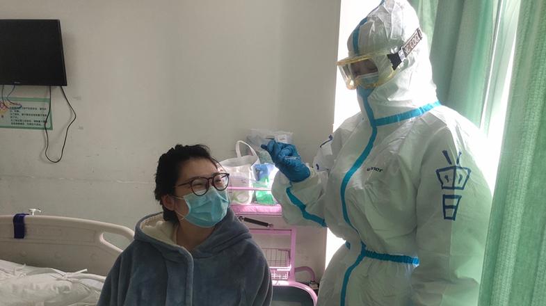 """隔离病房里""""坐月子"""" 武汉这家医院的护士给她们当""""月嫂"""""""
