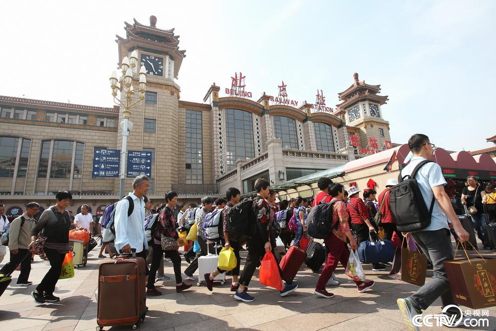 各地火车站迎中秋客流返程高峰