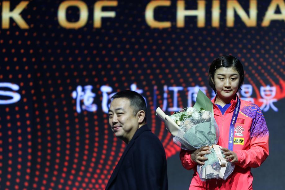 [圖]陳夢獲總決賽女單三連冠 劉國梁頒獎時笑了