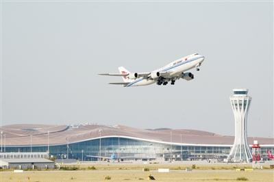 图① 9月25日,中国国际航空公司的CA9597次航班从北京大兴国际机场起飞。当日,北京大兴国际机场正式通航。    新华社记者 鞠焕宗摄