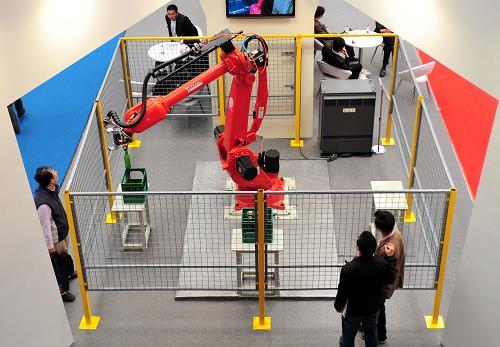 3月29日,一台机器人在首届中国国际进口产品博览会上进行瓶装饮料搬运作业演示。