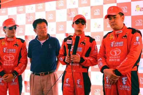 东南汽车罗德润副总经理与车手接受媒体采访