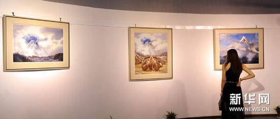 9月1日,参观者在观看展出的瓷板画作品。新华网图片 周科 摄