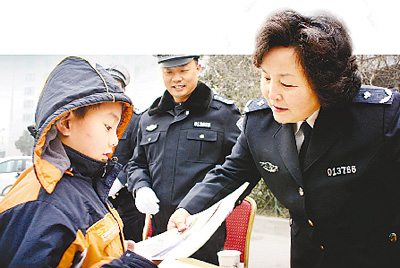 """作为交警支队的领头人,王海玲推动交警支队顺利实现了公安交管体制的重大改革,实现了""""大交通""""在管理机制、科技强警等方面的历史性突破。"""
