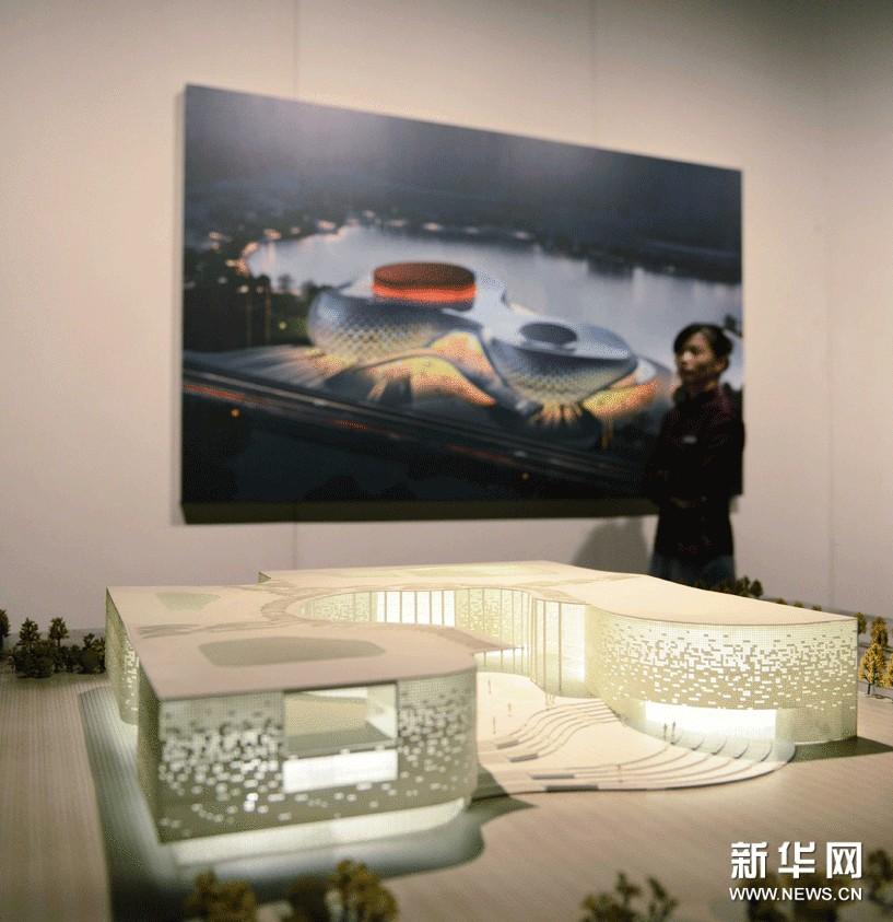 """9月4日,在杭州""""程泰宁建筑作品展""""上,工作人员从一建筑模型旁经过。"""