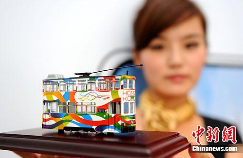 图为百年香港电车模型亮相展览现场。作为香港发展重要标志之一的电车,自1904年投入服务以来,至今已有108年历史。中新社发 韩苏原 摄